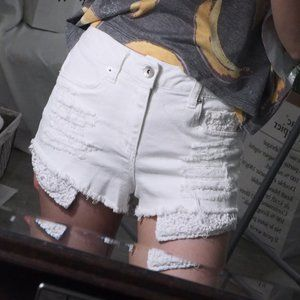 Distressed high waist shorts with lace pocket
